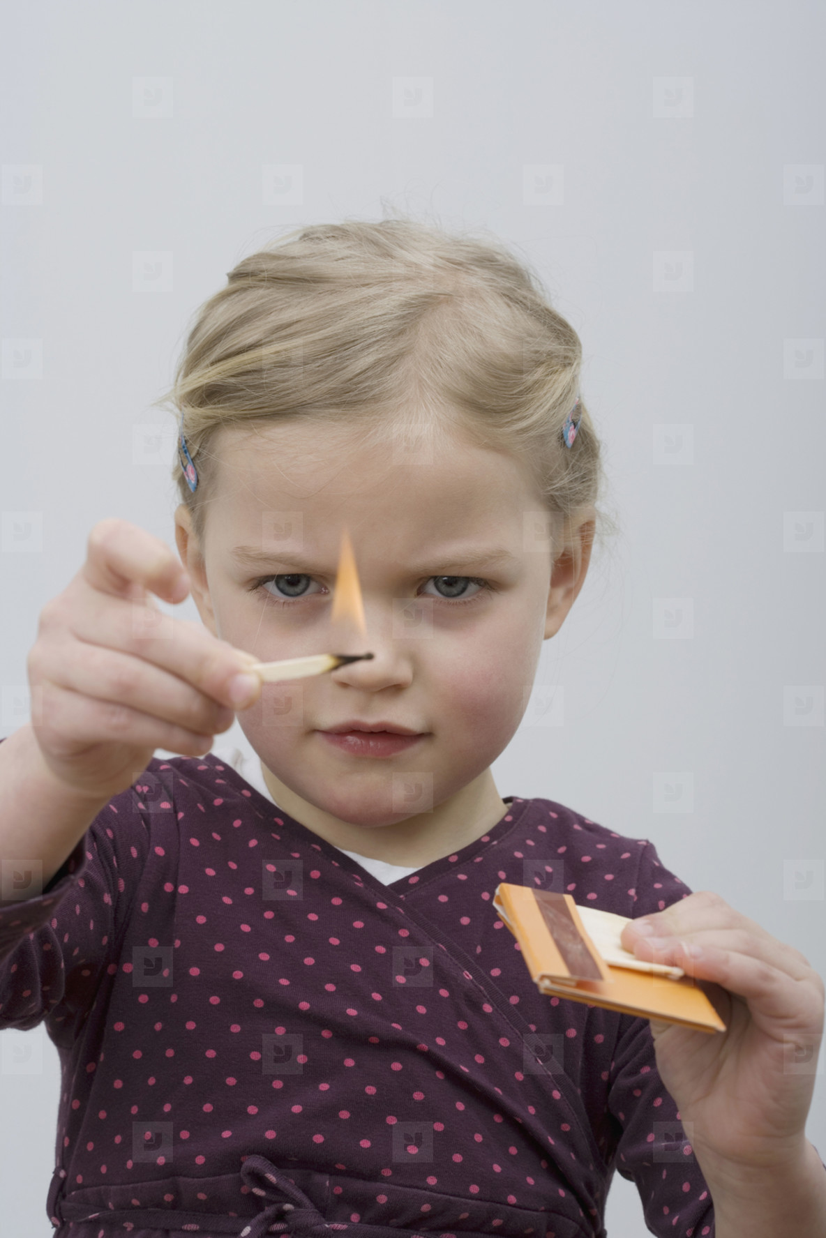 Ребенок играет со спичками фото