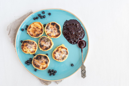 Cottage cheese cakes with fresh blueberry and blackberry jam