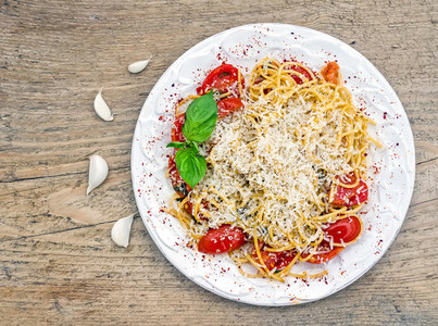 A plate of tomato and basil pasta