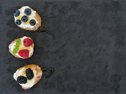 Goat cheese and berries mini sandwitches