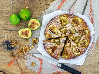 Fig pie with walnuts
