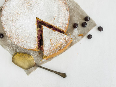 Custard cherry pie with sugar powder