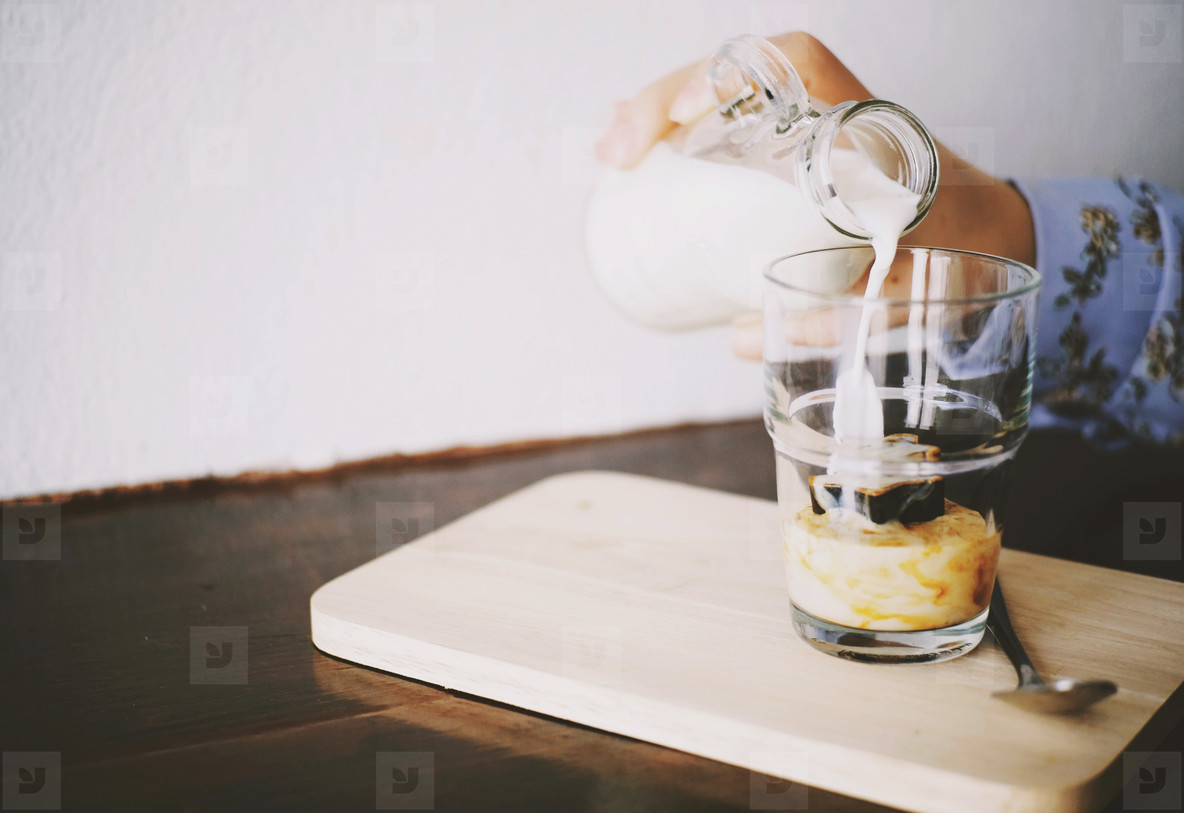 hand pour milk on coffee