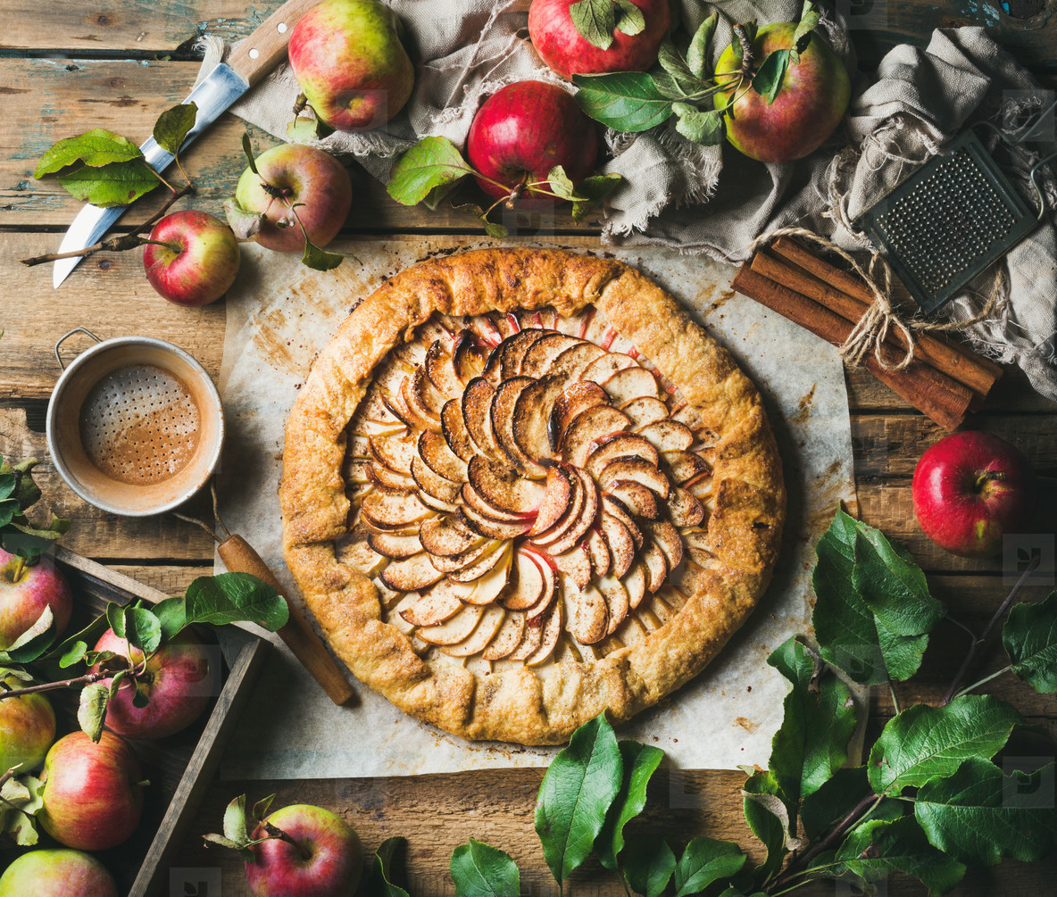Apple crostata with cinnamon and fresh garden apples