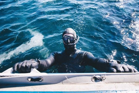 Scuba diver preparing to dive