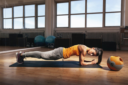 Woman doing core exercise in the gym