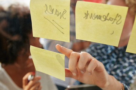 Businesswoman pointing at a sticky note