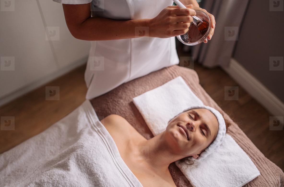 Female getting a facial mask tre
