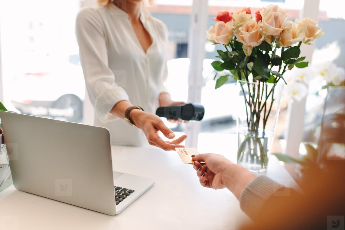 Client giving credit card to florist