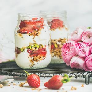 Healthy spring breakfast jars with pink raninkulus flowers  clean eating