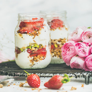 Healthy spring breakfast jars with pink raninkulus flowers  clean eating