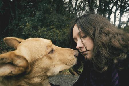 Perro y chica mirandose