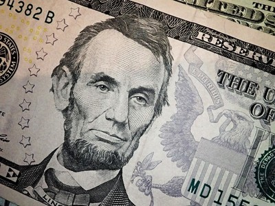 Abraham Abe Lincoln face portrait on 5 dollar bill macro  United