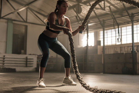 Fat burning workout using battle ropes