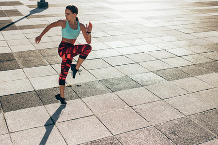 Female runner doing lunge workout