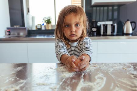 Little girl breaking en egg