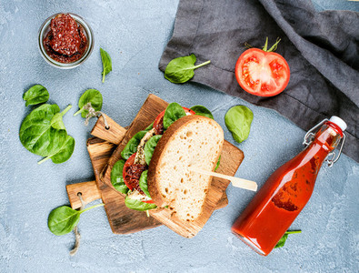 Chicken  sun dried tomato and spinach sandwich with spicy sauce