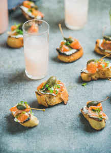 Crostini with salmon and grapefruit cocktails
