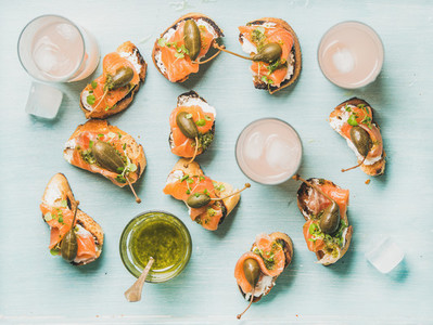 Crostini with smoked salmon and pink grapefruit cocktails  flat lay