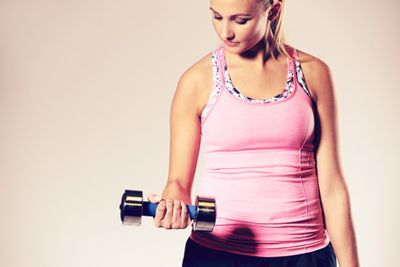 Woman working out doing a bicep curl