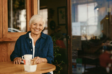Senior woman relaxing a coffee shop