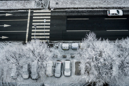 City traffic under snow