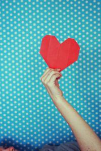 Han holding a paper heart