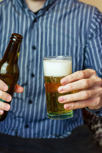 Man holding a beer