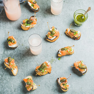 Crostini with smoked salmon pesto sauce and grapefruit cocktails