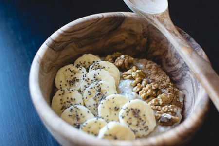 Oatmeal with banana and walnuts