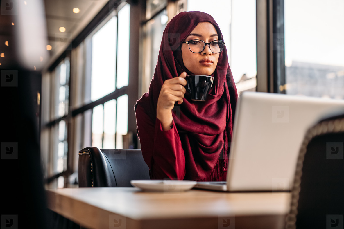Photos Muslim Woman Working On Laptop At A Cafe 163037 Youworkforthem