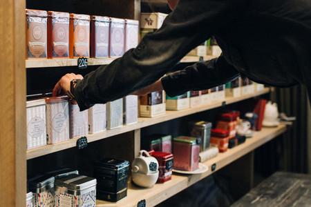 Choosing tea to buy