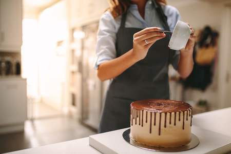 Chef decorating a cake of chocolate
