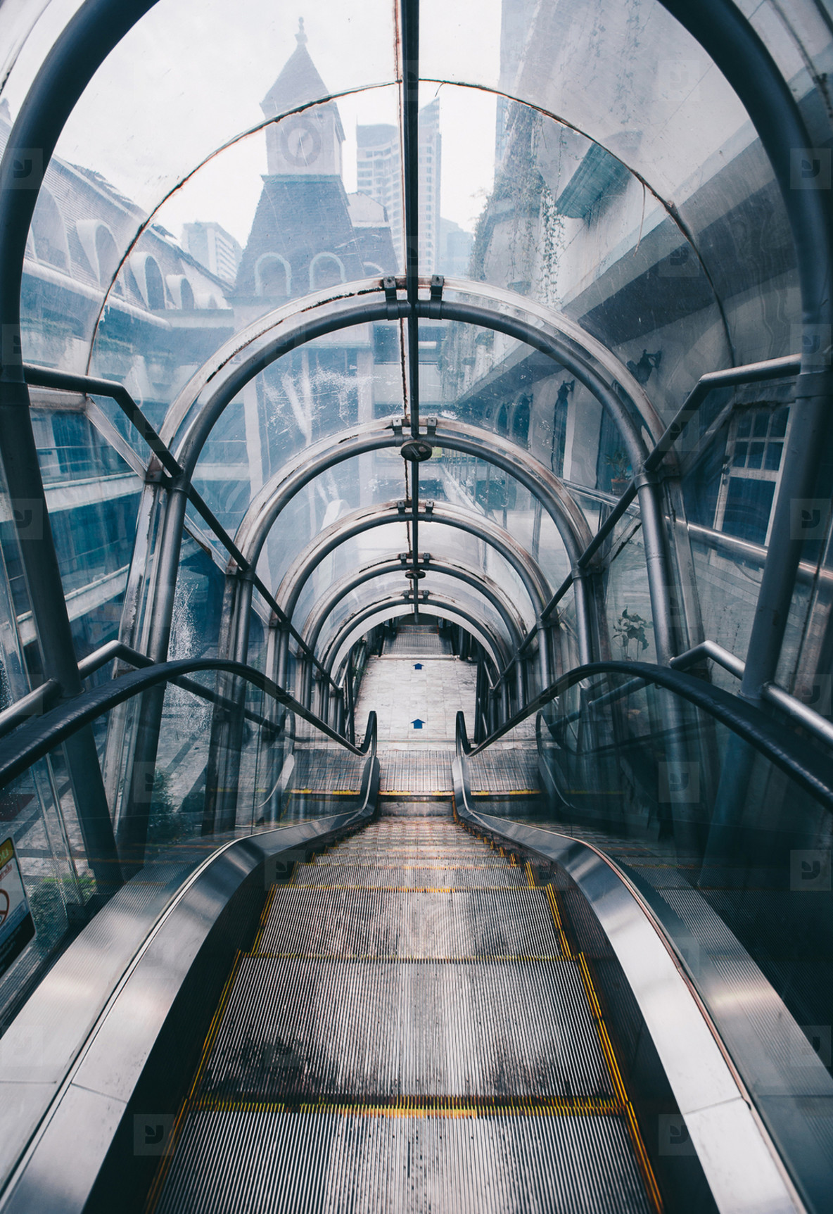 Escalator in curve glass