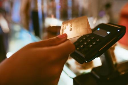 Barista using a payment terminal