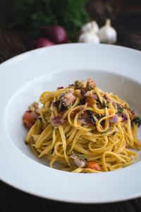 Spaghetti aglio olio with onion