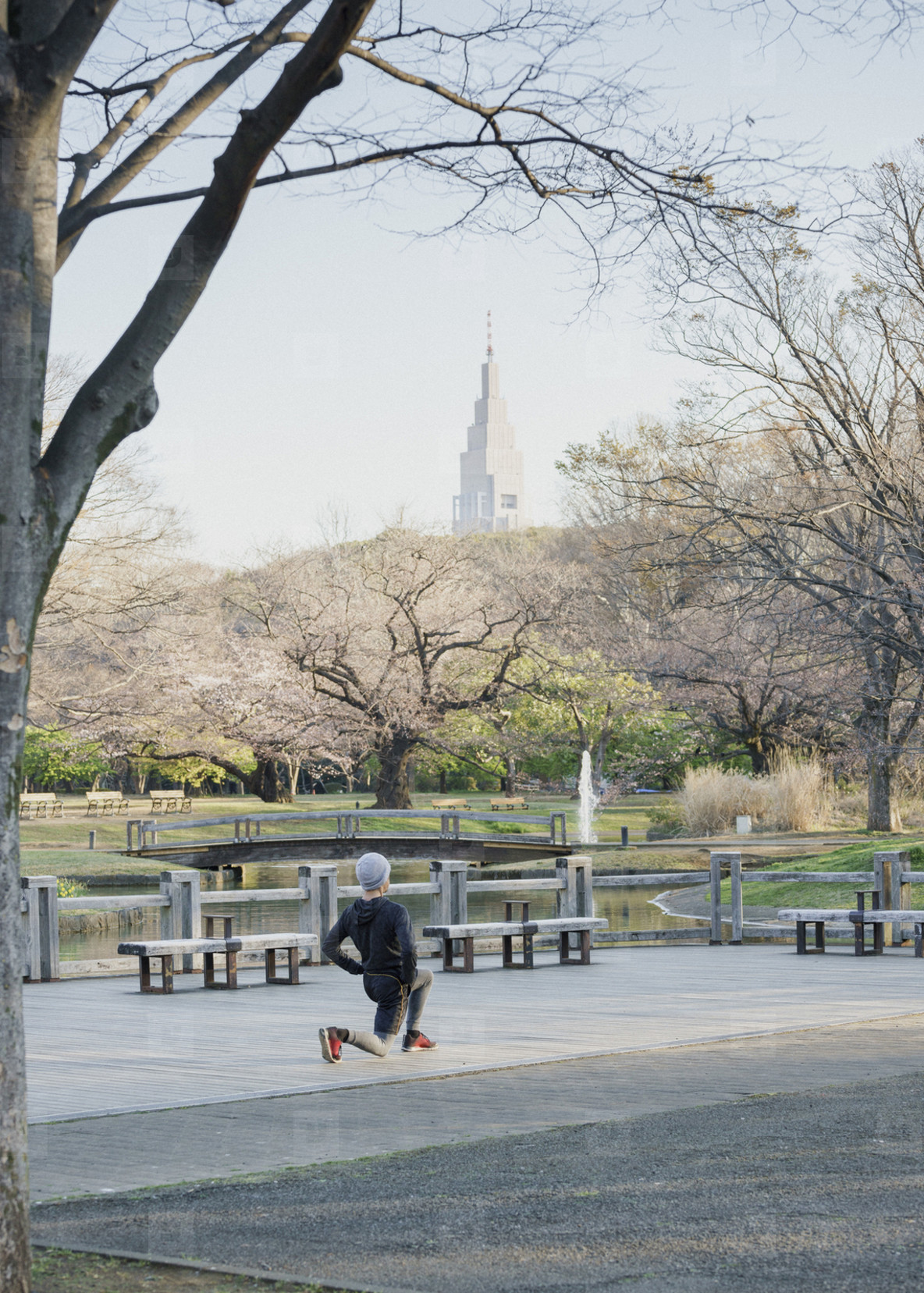Runner stretching in Yoyogi Park  01