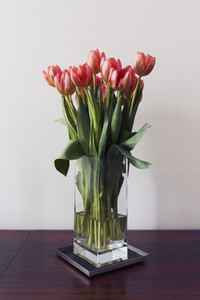 Red tulip bouquet in vase 01