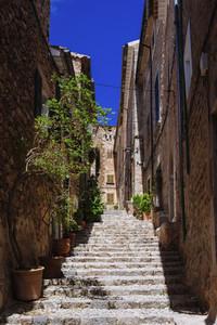 Sunny stone steps between buildings 01