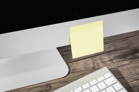 Blank adhesive note on computer 01