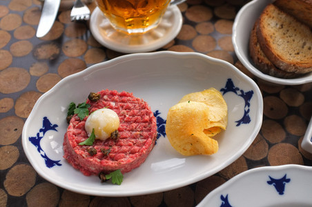 Steak tartare with chips