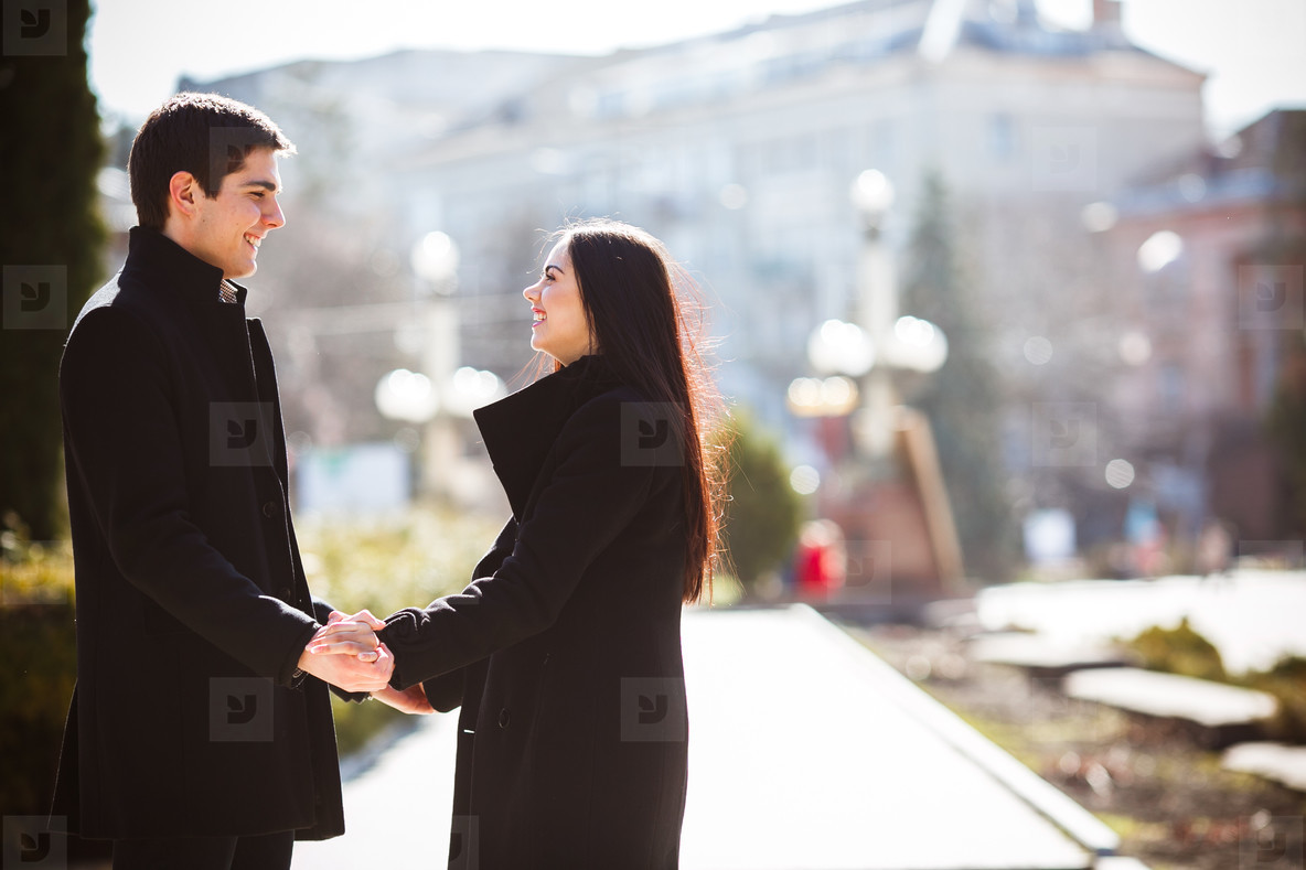 couple meets in a city park