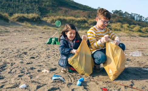 Children volunteers cleaning the beach