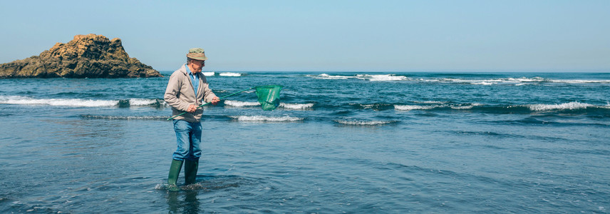 Volunteer taking garbage out of the sea