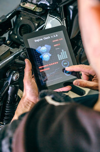 Motorcycle mechanic using tablet app