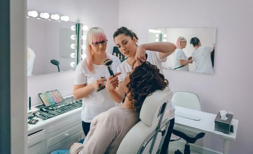 Make up artist teaching to make good makeup