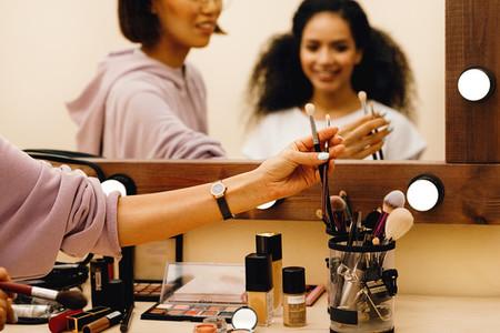 Hand of makeup artist