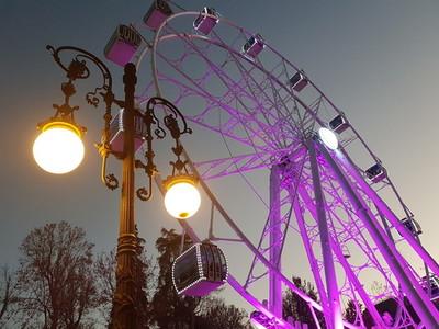 Granadas Great Wheel lighted up at night