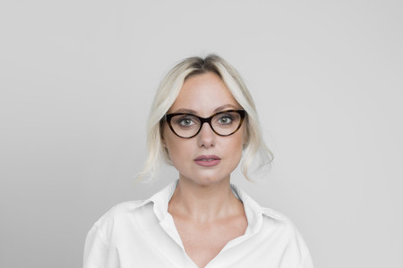 Portrait confident beautiful woman in eyeglasses