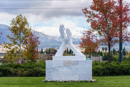 Sculpture in homage to healthcare personnel made by the sculptor Jose Antonio Navarro Arteaga in marble from Macael
